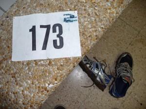 dossard et boue sur les chaussures